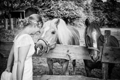 Die Braut mit ihren Pferden